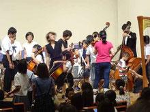 ステージ上での楽器体験コーナー