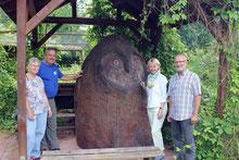 Die Landtagsabgeordnete Martina Fehlner mit Ellen und Richard Kalkbrenner und Thomas Staab am Lehmbackofen der Umweltstation