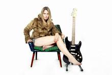 Mit 15 zur Gitarre gekommen und auf der Suche nach sich selbst: Yvi Wylde