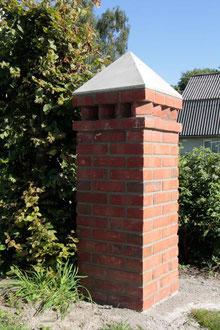 gemauerter Pfeiler mit armiertem Betonkern und selbst gefertigter Abdeckung