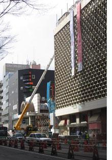 *<藤崎>デパート前の青葉通り地下鉄工事