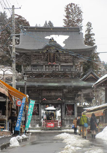 *凍てつく定義山<旧本堂>の山門