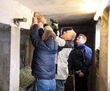 Anbringen eines Schwalbennests im Kuhnweiler Hof in Großerlach. Foto: Anja McGrath