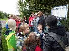 """Die Förderschule Schönebeck beim Besuch in der """"Nachtigallenoase"""" (Foto: Gudrun Edner)"""