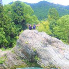ラフティングツアーの途中多摩川にダイブできる岩
