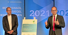 Kultusminster Grant Hendrik Tonne (rechts) und Regionsdezernent Ulf-Birger Franz verleihen virtuell das Gütesiegel. (Foto: HAZ)