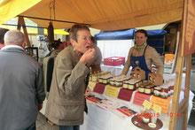 Marktstand mit regionalen Produkten zum probieren und kaufen