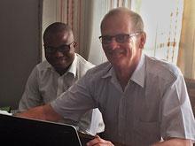 Pandu und Mike Beaves bei der Arbeit
