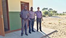 Besichtigung der neuen Toilettenanlage an der Uvhungu-vhungu Schule