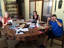 Pia, Barbara und Hansj beim Packen, Kleben und Adressieren der Rundbriefe