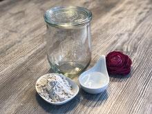 Weckglas mit Roggenmehl und Wasser