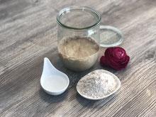 Weckglas mit Roggenmehl und Wasser mit Sauerteig