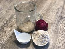 Weckglas mit Roggenmehl und Wasser und Sauerteig