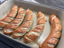 Bratwurst aus der Ofenhexe einer Auflaufform aus Ton