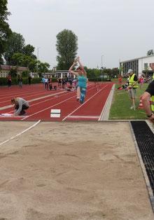 Anna bei ihrem weitesten Sprung 5,47m (persönl. u. Veranstaltungsrekord!!)