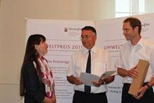 Staatsministerin Ulrike Höfken überreicht den Preis an Dr. Norbert Kleinz (li) u. Christoph Weinrich (re)