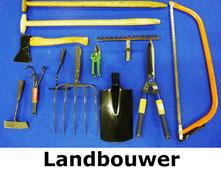 Landbouwgereedschap, zoals spade, hark, houtzaag, riek, cultivator en handbijl.