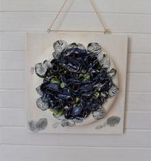 Wanddekoration Blumenkranz auf Holzbrett