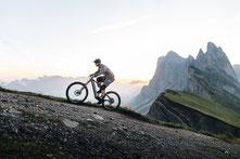 Mann fährt auf seinem M1 Erzberg BR 2021 den Berg hinauf