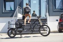 Mann trägt seine Bürotasche vom XCYC Pickup Life weg