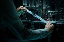 Mann hält einen Aerothan Tube Fahrradschlauch in einer Werkstatt ins Licht
