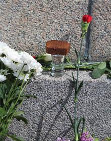 """""""Brot und Wasser"""" zum Gedenken. Mit Blumen am Sockel des """"Knieenden Rotarmisten"""" am 9.Mai Sowjetisches Ehrenmal Berlin. Foto: Helga Karl"""