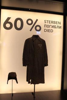 """Plakat """"60% STERBEN"""" mit Soldatenmantel.  Museum Karlshorst. 60% der sowjetischen Kriegsgefangenen in der """"Obhut"""" der Dt. Wehrmacht starben. Foto: Helga Karl"""