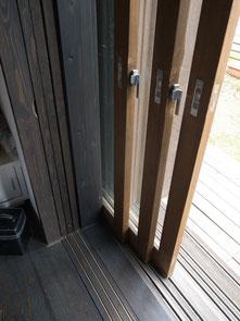 内部から障子、ガラス戸、網戸、雨戸と全ての建具が戸袋壁に仕舞われるつくり。