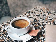 Eine Tasse Kaffee auf einem Tisch