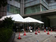 東京入管・庁舎入口付近のテント