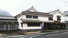 有田焼で有名な佐賀県有田町。古い建物が並ぶ通りに明治一七年に創業した晩香窯。伝統的歴史建造物指定をうけた住居兼ギャラリーです