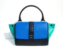 sac à main en cuir bleu et croco noir avec une poignee et un rabat par un artisan maroquinier