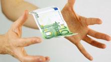 Hände greifen nach einem fliegenden Geldschein