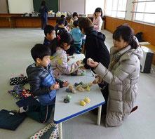1年生と地域住民が一緒に昔の遊びを楽しむ