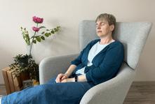 Schwebende Glaskugel in den Händen