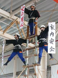 消防出初め式で県内唯一のはしご乗りが披露された=7日午後、市消防本部