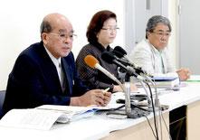 是正要求への対応について記者会見で発表する竹富町教育委員会=11日午前、離島ターミナル