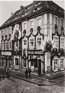 """Das prächtige """"Knoblochsche Haus"""" Hauptstraße 16 um 1905; links Bürger-Casino, rechts  Weinhandlung, Terrasse und Mitteleingang sind zurückgebaut"""