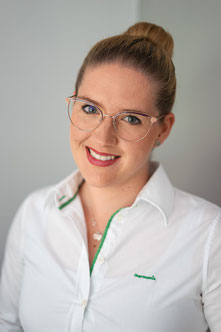 Die Vorwerk Thermomix Verkäufein und Beraterin aus Rheinhessen - mit  weißer Bluse und Brille - hilft Dir bei der richtigen Entscheidung