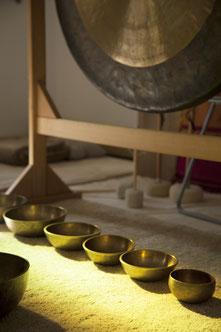 sessió de bols, veu i gongs.