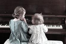 Kinder lernen Klavier