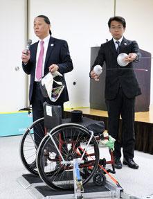 フェンシング用品を説明する小松理事長
