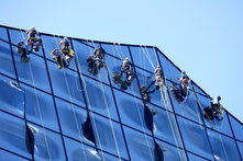 professionelle Fensterreiniger putzen große Glasfront