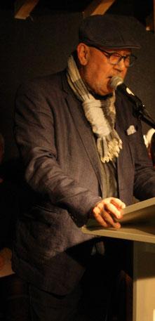 Erwin Ruckes stellt dem Publikum Elisabeth Kuhs vor