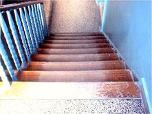 Treppe Trittstufe mit alter abgenutzter Versiegelung schleifen Berlin