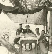 """Sur le """"terrazone"""" en Corse. De g. à dr.: J-Y C., son cousin, sa grand-mère Faustine, son père, son frère"""