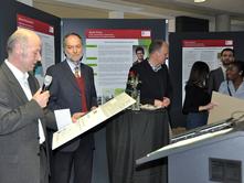 v.l.: Designer Thomas Laudi, Dekan Prof. Dr. Matthias Grottker und Rechtsanwalt Titus Heldt bei der Preisvergabe. Foto: FH Lübeck
