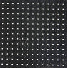 Perforations rectangulaires d' 1 mm de côté environ en découpe laser dans du cuir