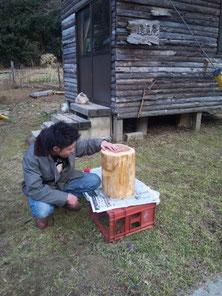 丸太の椅子が出来ました(間伐材を使って作りました。重くて存在感があります・会員K氏家族)。