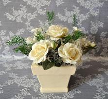 Gesteck mit cremefarbenen Rosen  im Keramiktopf